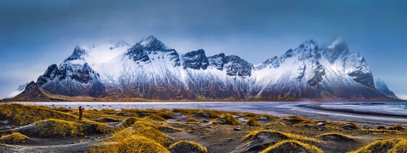 Vestrahorn山脉和Stokksnes海滩全景 图库摄影