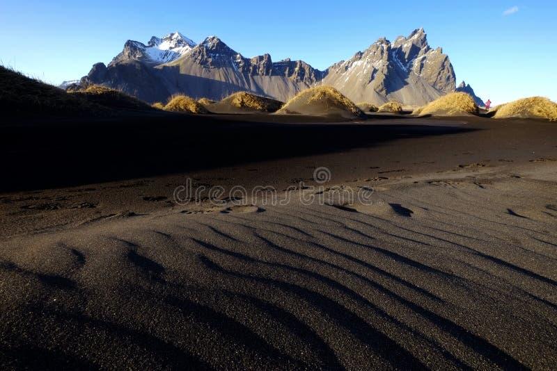 Vestrahorn και μαύρος αμμόλοφος άμμου στοκ εικόνες