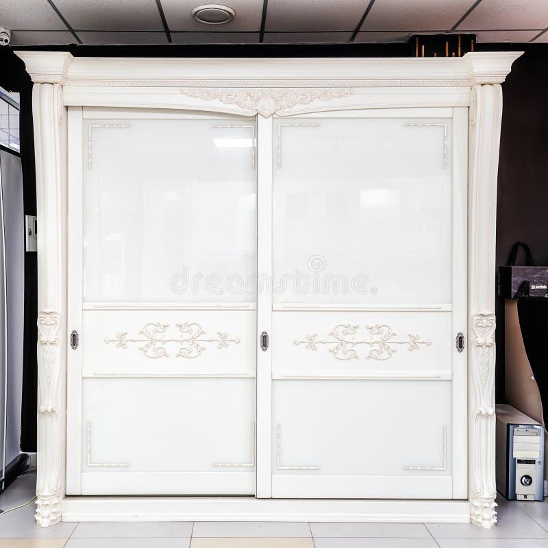 Vestuário branco com portas deslizantes, gaveta e prateleiras, estilo do vintage fotografia de stock