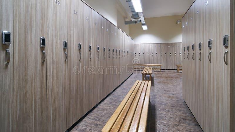 Vestuário com bancos de madeira e os cacifos de madeira fotografia de stock royalty free