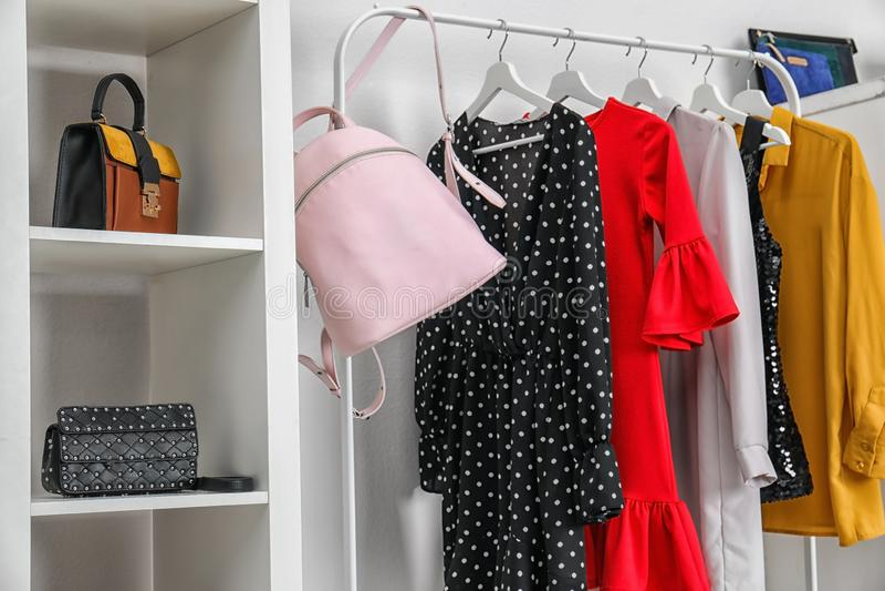 Vestuário com sacos e roupa à moda dentro Ideia para o interior foto de stock royalty free