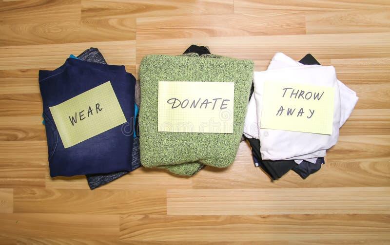 Vestuário da casa com artigos diferentes da roupa Classificação sazonal da roupa Organização pequena do espaço fotos de stock