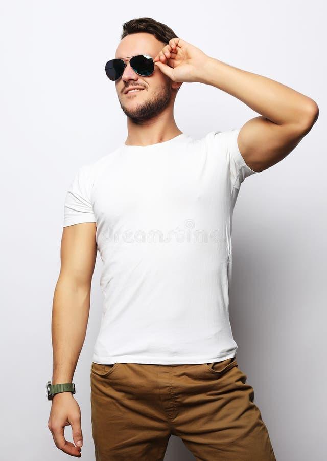 Vestuário desportivo esperto e óculos de sol do manin considerável novo elegante fotografia de stock