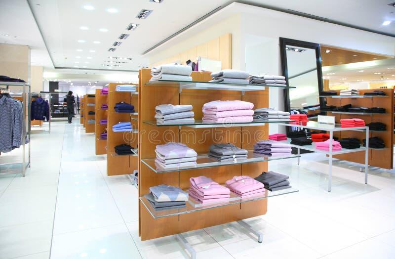 Vestuário em shelfs na loja fotos de stock