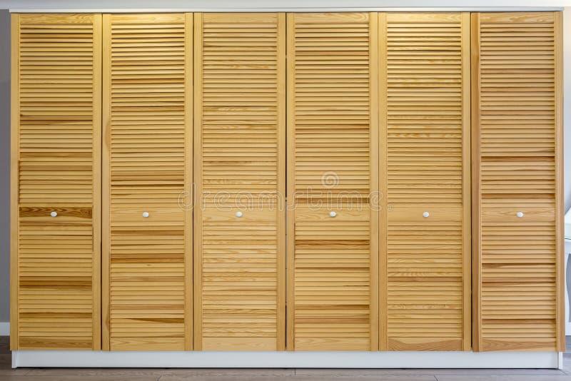 Vestuário feito de pranchas de madeira finas na sala do apartamento Mob?lia ecol?gica imagens de stock