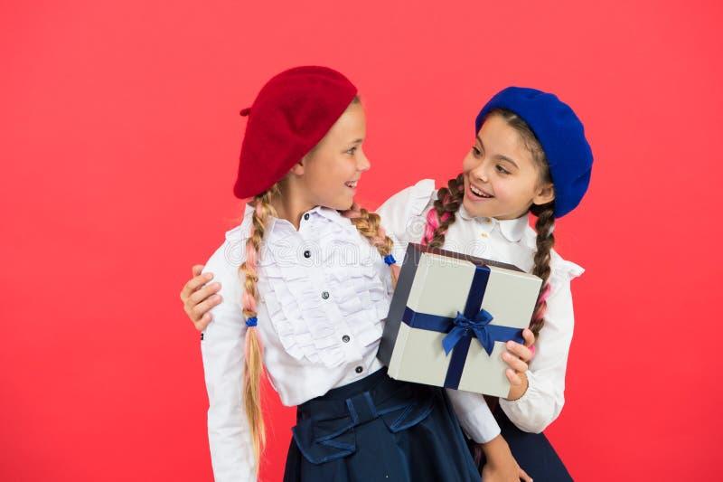 Vestuário formal das crianças com caixa de presente Presente aberto agora Conceito da amizade Presente de aniversário Compra e fe fotografia de stock royalty free