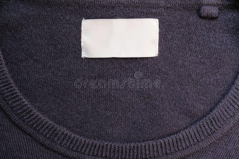 Vestuário Rótulo branco dentro do suéter azul imagem de stock royalty free