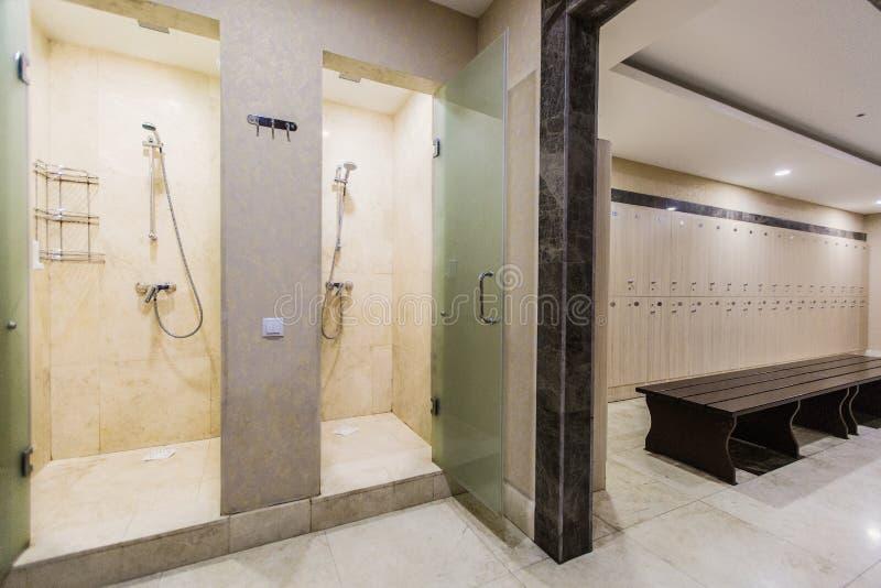 Vestuario en el hotel o el gimnasio, paradas de madera, cuartos de ducha fotografía de archivo
