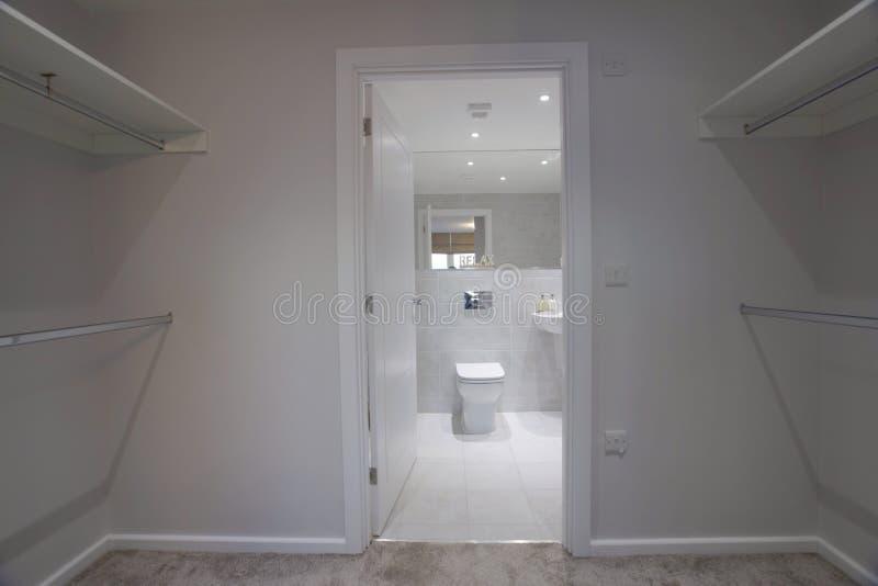 Vestuario y cuarto de baño del lujo imagenes de archivo