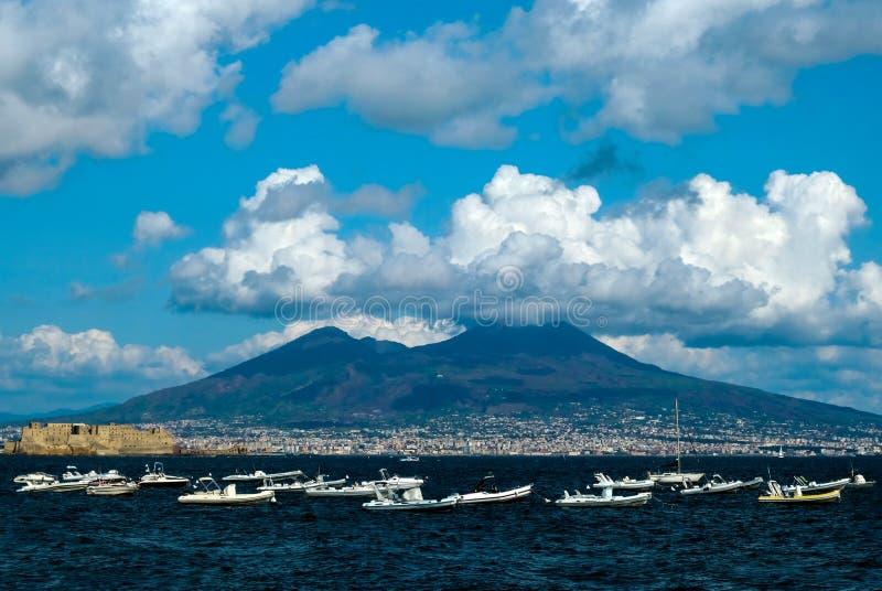 vesuvius vulkan i moln sikt från den Napoli fjärden royaltyfri fotografi