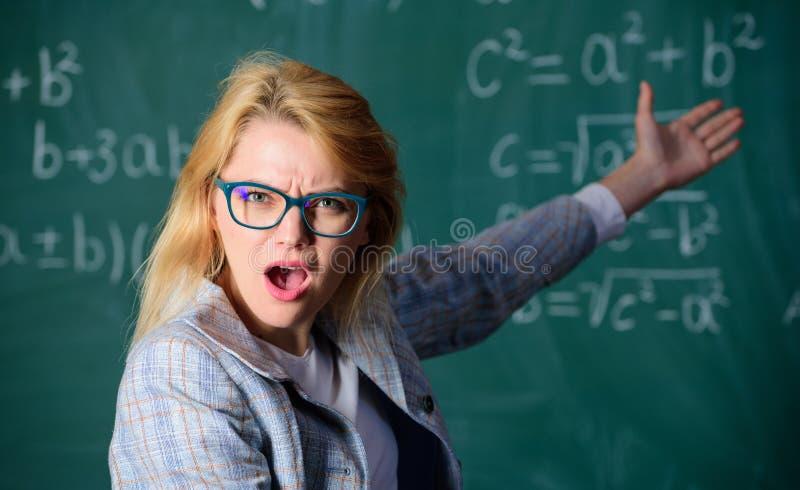 Vet du hur lös den uppgift Grundläggande kunskap för skolutbildning Glasögon för kvinnakläder ilar lärareklassrumet fotografering för bildbyråer