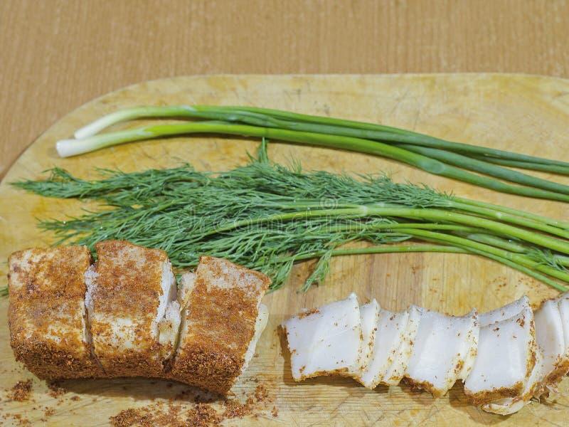 Vet met Spaanse peper en knoflook met dille en uien royalty-vrije stock afbeelding