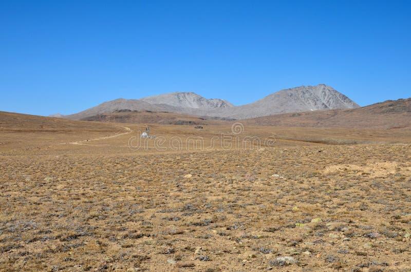 Vetenskaplig utrustning vid vägen i torra och karga Deosai plattar till Gilgit-Baltistan Pakistan royaltyfria bilder