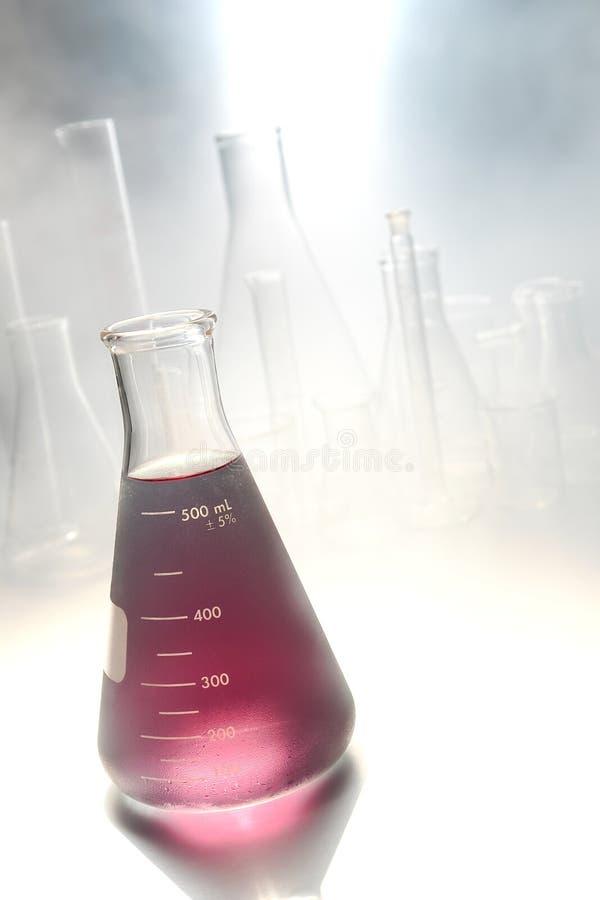 Vetenskapligt experiment i vetenskapsforskninglaboratorium arkivbilder