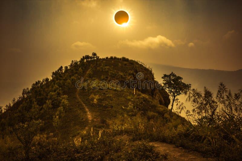 Vetenskapligt naturligt fenomen Sammanlagd sol- förmörkelse som glöder på sk royaltyfria foton