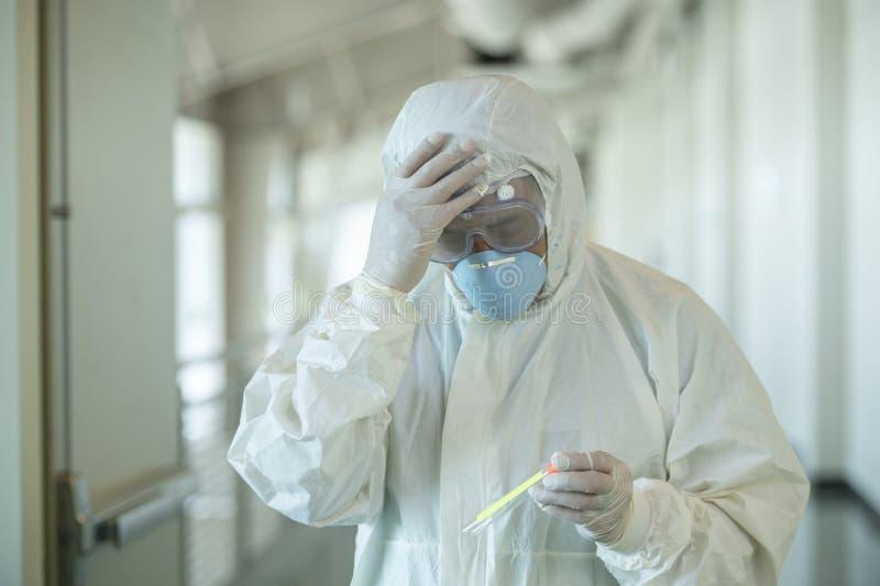Vetenskapsmän med skyddsutrustning som håller ett testresultat för coronavirus arkivbild