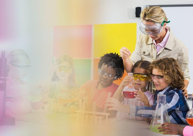 Vetenskapsskolalärare med grupp royaltyfri bild
