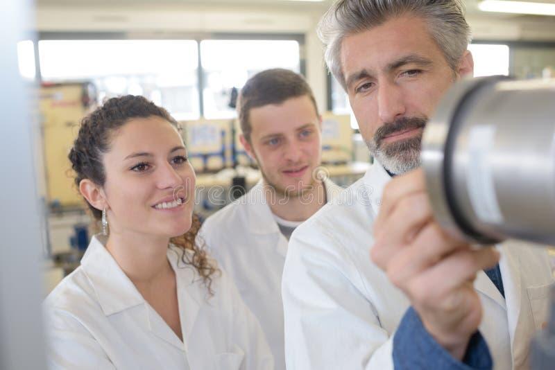 Vetenskapsstudenter med läraren fotografering för bildbyråer
