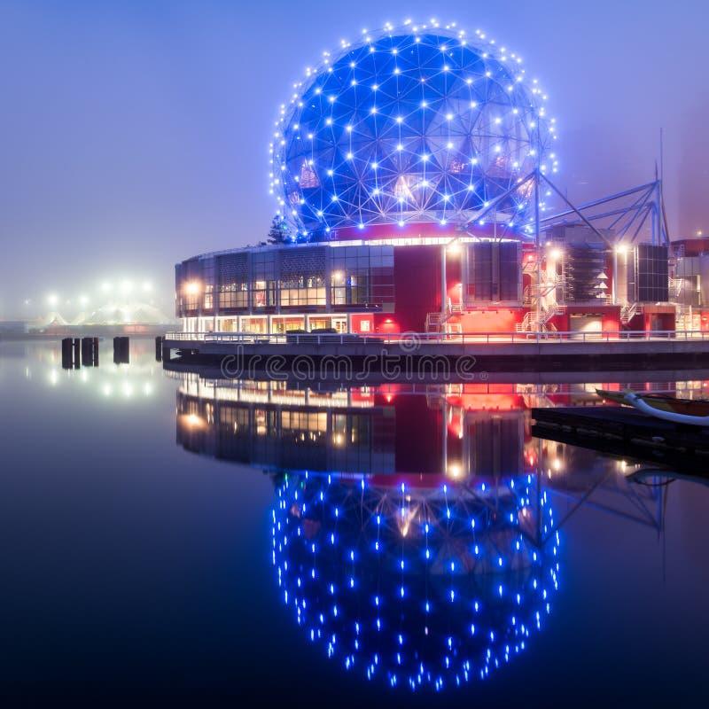 Vetenskapsvärldsreflexion i Vancouver på natten arkivfoto