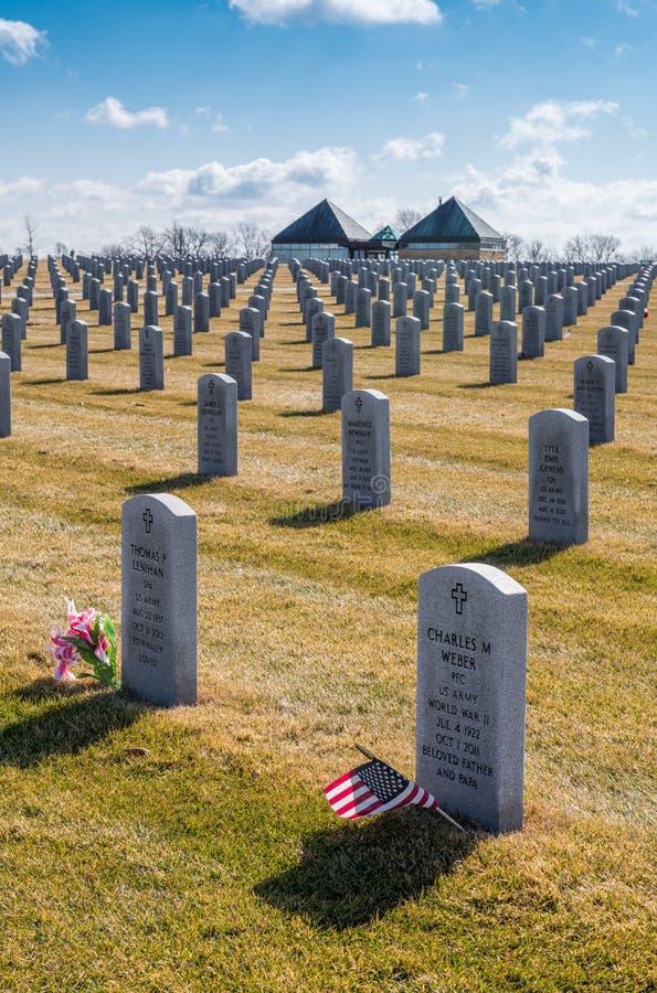 Veteraan` s graven in Abraham Lincoln National Cemetery stock afbeeldingen