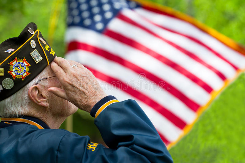 Veteran begrüßt die US-Flagge stockfotos
