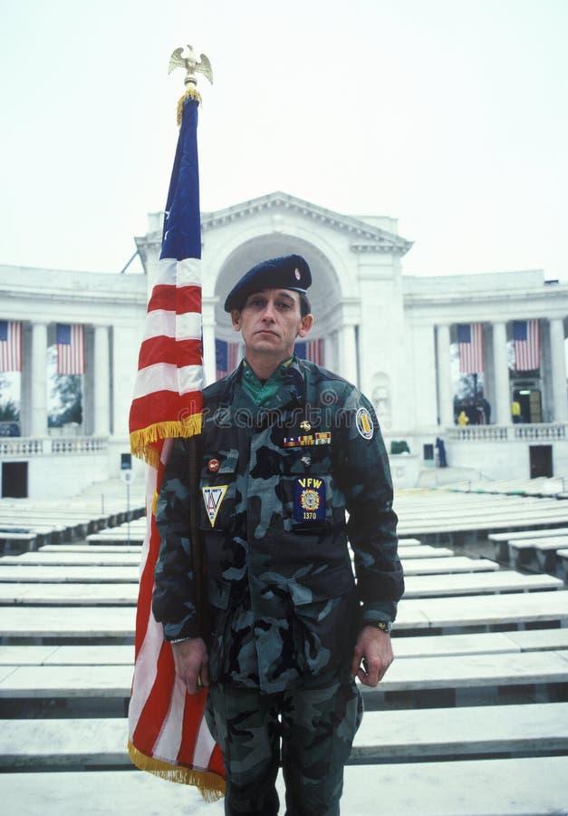 Veteran, der Flagge, Arlington-nationalen Friedhof, Washington, D hält C lizenzfreies stockbild