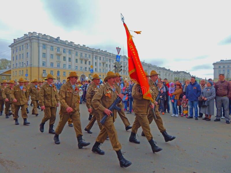 Veteran som marscherar på Victory Day i Severodvinsk, Ryssland arkivfoto