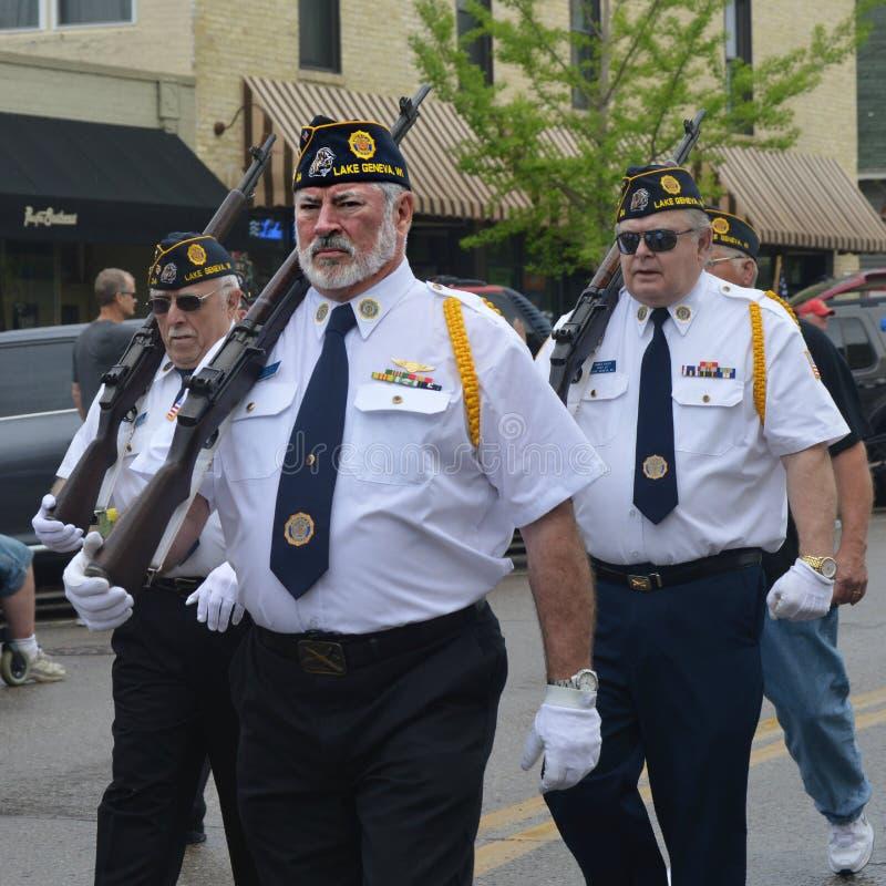 Veterane, die in Parade marschieren lizenzfreies stockfoto