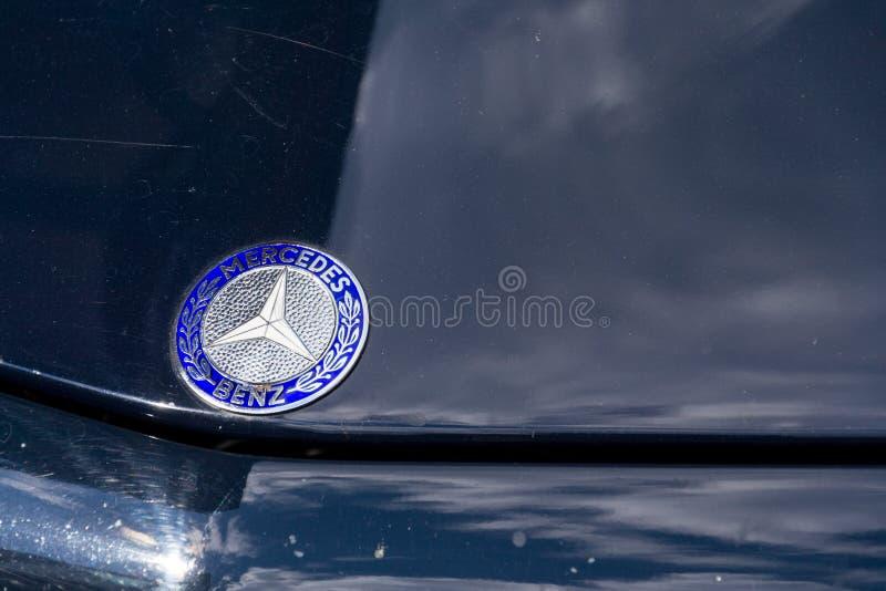 Veteranen-Autostellung Weinlese-dunkelblaue Mercedes-Benzs 230 SL oldsmobile auf Straße stockbild