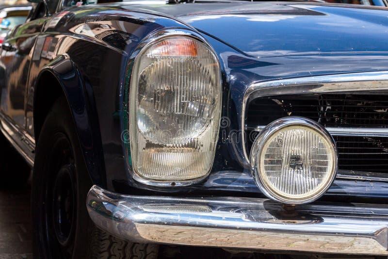 Veteranen-Autostellung Weinlese-dunkelblaue Mercedes-Benzs 230 SL oldsmobile auf Straße stockfotos