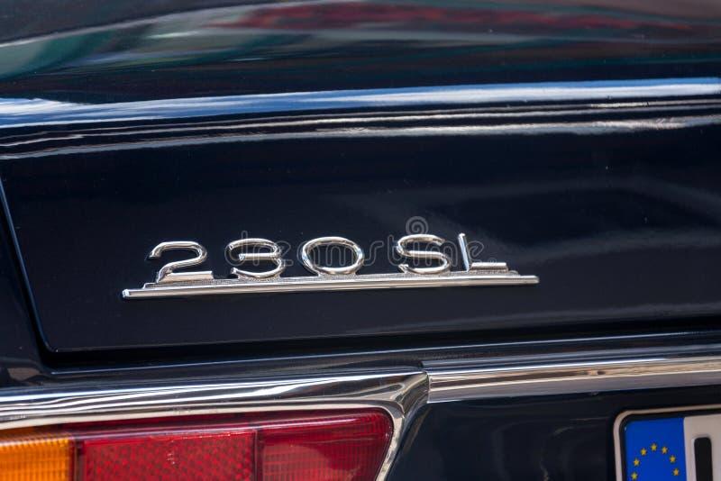 Veteranen-Autostellung Weinlese-dunkelblaue Mercedes-Benzs 230 SL oldsmobile auf Straße lizenzfreies stockbild