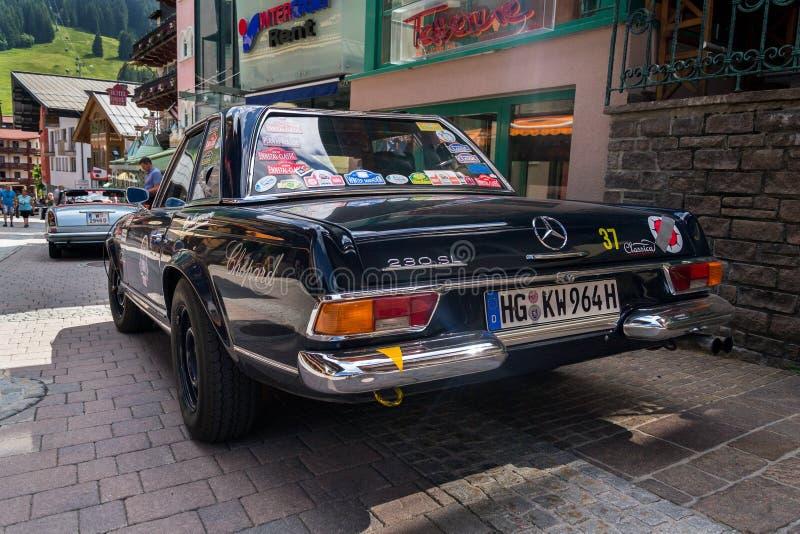 Veteranen-Autostellung Weinlese-dunkelblaue Mercedes-Benzs 230 SL oldsmobile auf Straße stockbilder