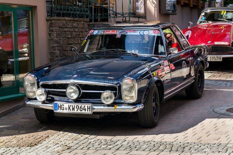 Veteranen-Autostellung Weinlese-dunkelblaue Mercedes-Benzs 230 SL oldsmobile auf Straße stockfotografie