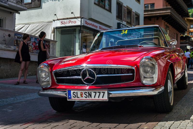 Veteranen-Autostellung Weinlese-rote Mercedes-Benzs 230 SL oldsmobile auf Straße stockfotografie