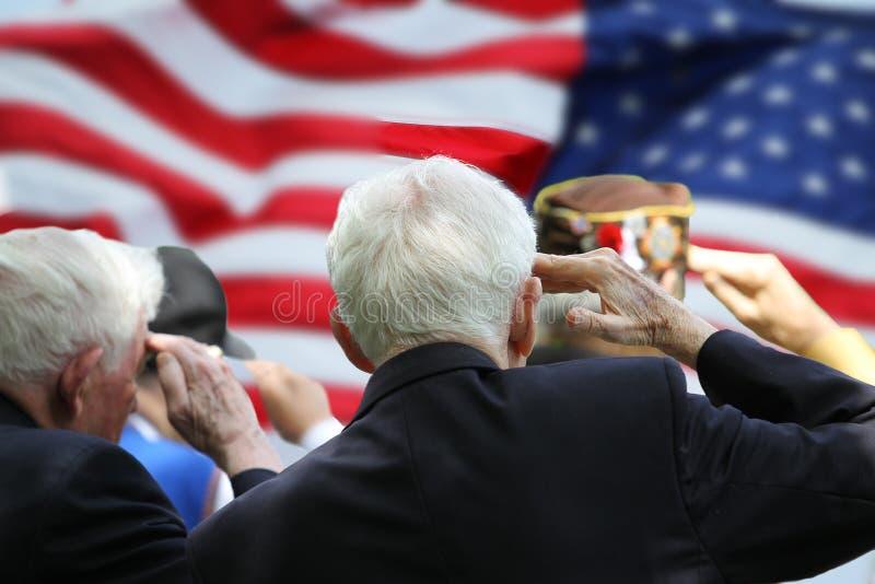 Veteranen die bij viering van Memorial Day groeten stock fotografie