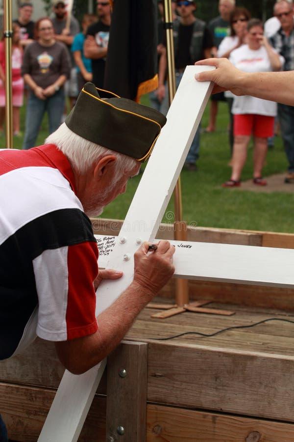 Veteranenzeichen kreuzen an der Abwehr unsere Quersammlung, Knoxville, Iowa lizenzfreie stockfotografie