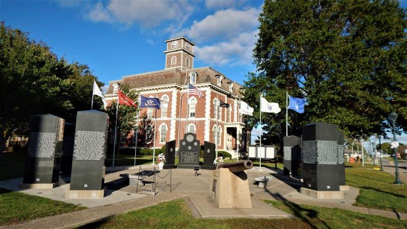 Veteranminnesmärke på den Effingham Illinois domstolsbyggnaden arkivfoto