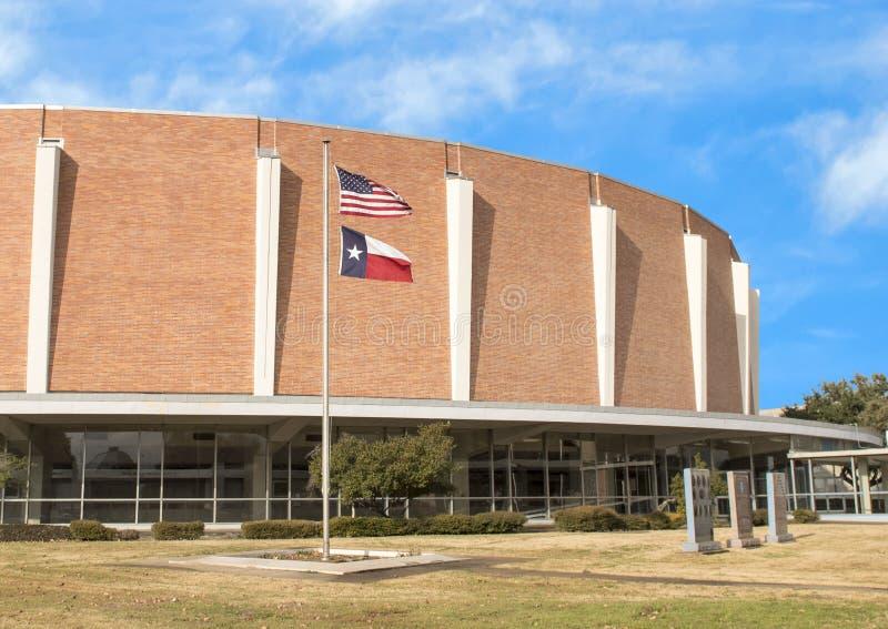 Veteranminnesmärketrädgård med Dallas Memorial Auditorium i bakgrunden arkivfoto