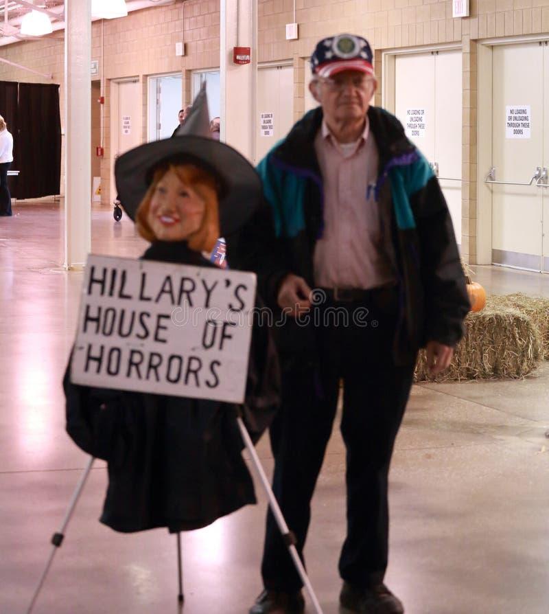 Veterano de Estados Unidos con la bruja de la efigie de Hillary Clinton imagen de archivo