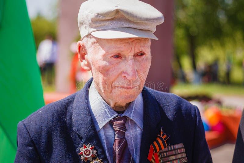 Veterano de grito não identificado durante a celebração da vitória D fotografia de stock