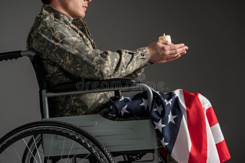 Veterano masculino perjudicado que ruega para su futuro imagen de archivo