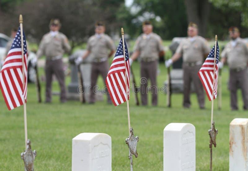 Veteranos con las banderas en el evento de Memorial Day imagen de archivo libre de regalías