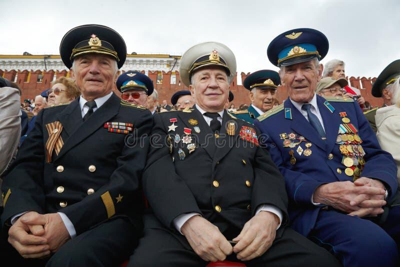 Veteranos de sorriso não identificados da segunda guerra mundial fotografia de stock