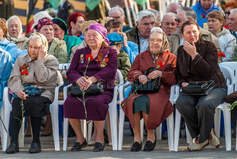 Veteranos fêmeas superiores da segunda guerra mundial em tribunas fotos de stock royalty free