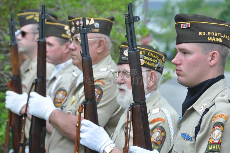 Veteranos na cerimónia do Memorial Day com rifles imagens de stock