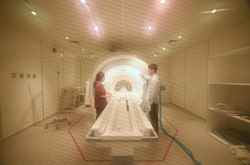 Veterinär- doktor som arbetar i MRI-bildläsarrum royaltyfria bilder