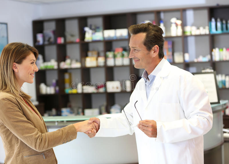 Veterinär- och klienthandshaking royaltyfri foto