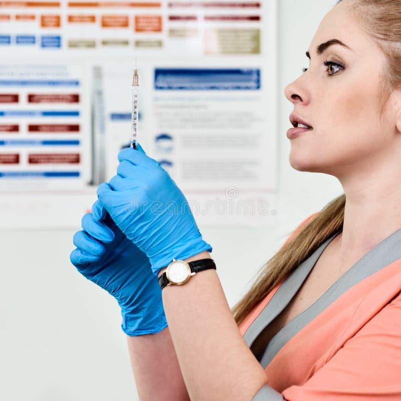 Veterinär som förbereder sig för injektion arkivfoton
