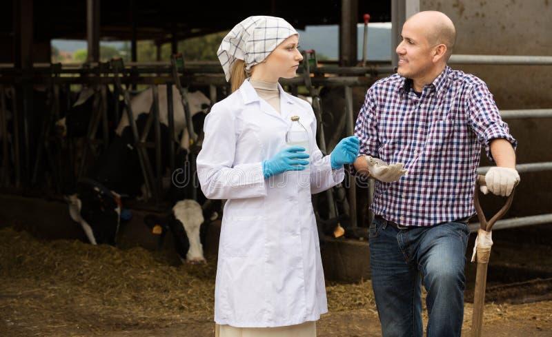 Veterinär som talar till bonden royaltyfria foton