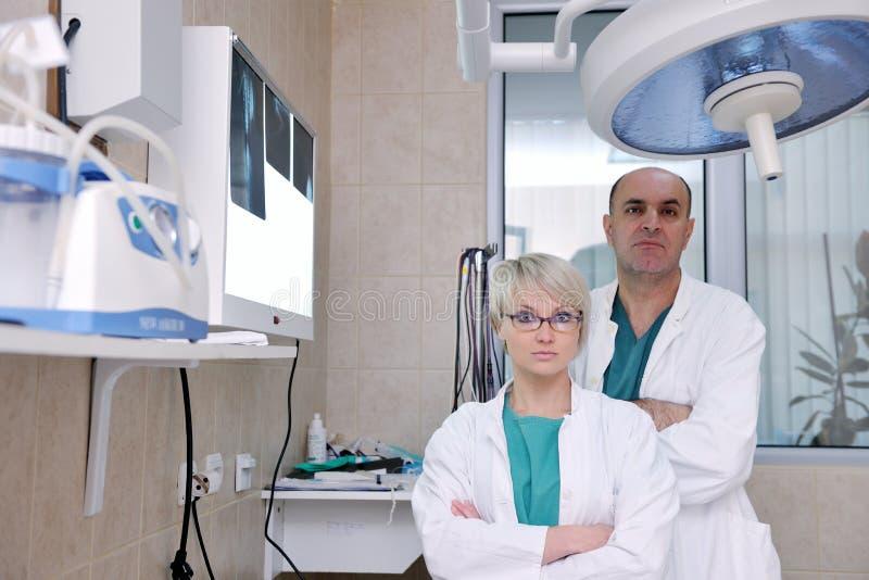 Veterinario ed assistente in clinica animale immagini stock